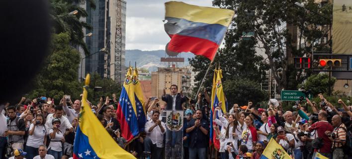 Ο Χουάν Γκουαϊδό μιλά σε πλήθος στη Βενεζουέλα (Φωτο: Shutterstock)
