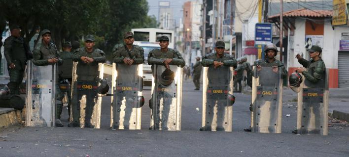 Βενεζουέλα: Τρεις στρατιώτες αυτομόλησαν στην Κολομβία -Χάος με την άφιξη της ανθρωπιστικής βοήθειας [εικόνες]