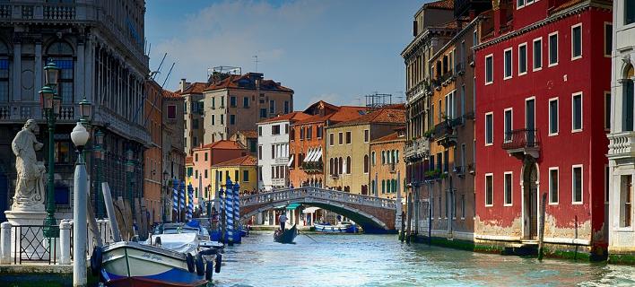 Mεταλλικές μπάρες για πεζούς προκειμένου να μπορεί να περιορίζεται η διέλευση τουριστών στη Βενετία /Φωτογραφία: Pixabay