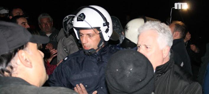 Επεισόδια στη Βέροια για τους πρόσφυγες - Υπό ομηρία βουλευτής του ΣΥΡΙΖΑ