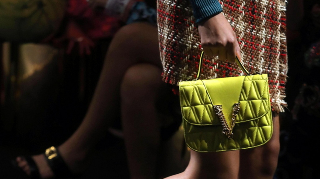 Εβδομάδα μόδας Μιλάνου: Λεπτομέρεια από μοντέλο του Versace -Φωτογραφία: EPA/MATTEO BAZZI