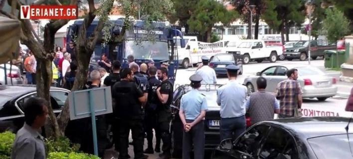 Οργή αγροτών κατά του Βαγγέλη Αποστόλου στη Βέροια: «Αλλα μας έλεγες στα μπλόκα» (VIDEO)