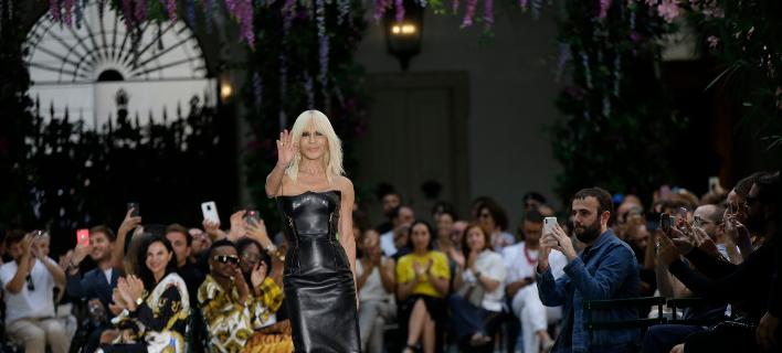 Η Ντονατέλα Βερσάτσε σε επίδειξη μόδας/Φωτογραφία: AP