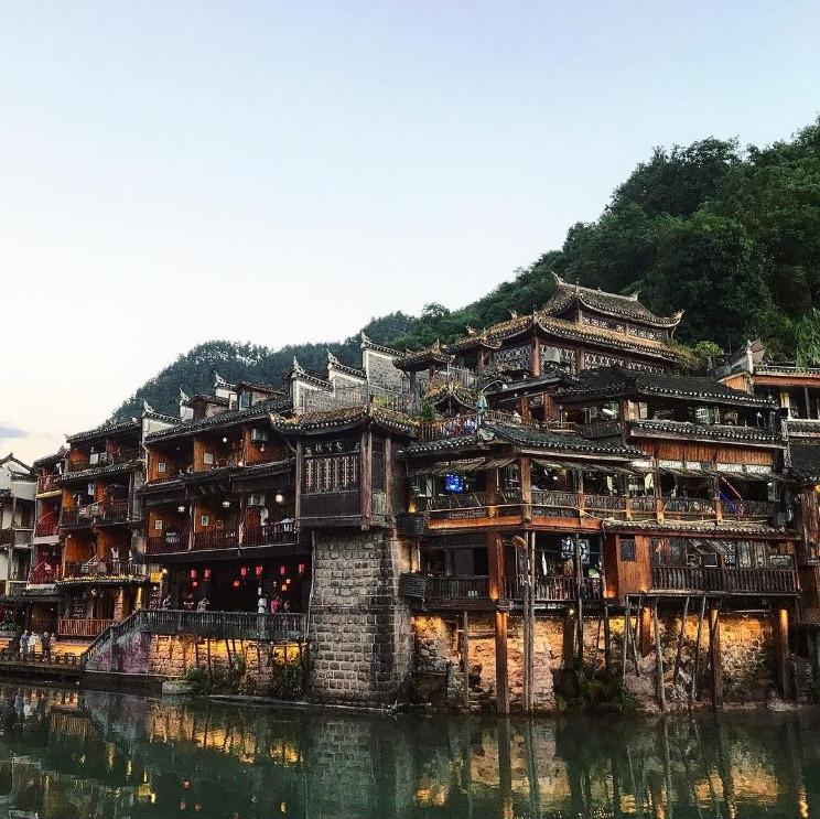 Η παραμυθένια πόλη των 1.300 ετών που είναι καλυμμένη από πράσινα και γκρι βρύα [εικόνες]