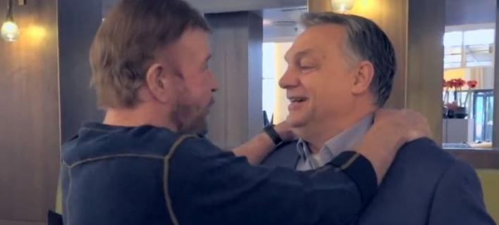 O πρωθυπουργός της Ουγγαρίας Βίκτορ Ορμπάν και ο Αμερικανός ηθοποιός Τσακ Νόρις (Φωτογραφία: Facebook/Victor Orban)