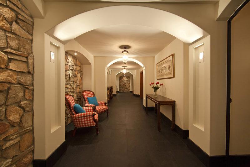 Οι πέτρινες λεπτομέρειες στο διάδρομο
