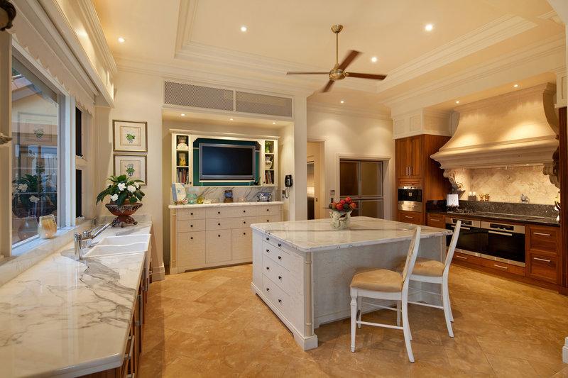 Η λευκή κουζίνα με τους μαρμάρινους πάγκους