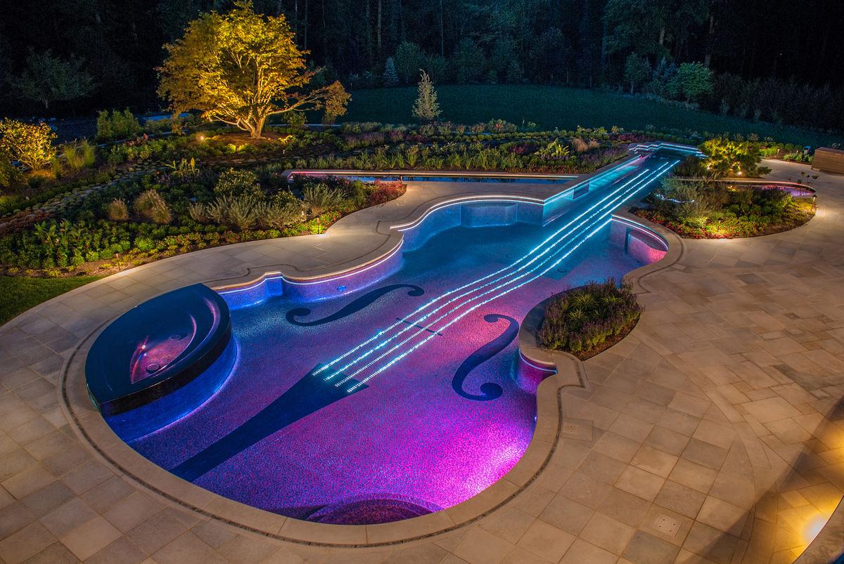 violin1 Πισίνα σε σχήμα βιολιού Στραντιβάριους με 5.600 οπτικές ίνες για χορδές