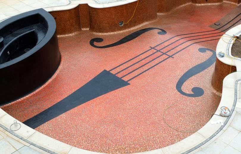 violin6 Πισίνα σε σχήμα βιολιού Στραντιβάριους με 5.600 οπτικές ίνες για χορδές