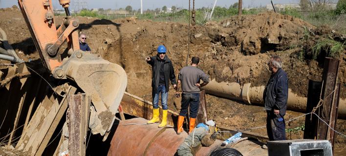 Από τις εργασίες αποκατάστασης της βλάβης/Φωτογραφία: IntimeNews
