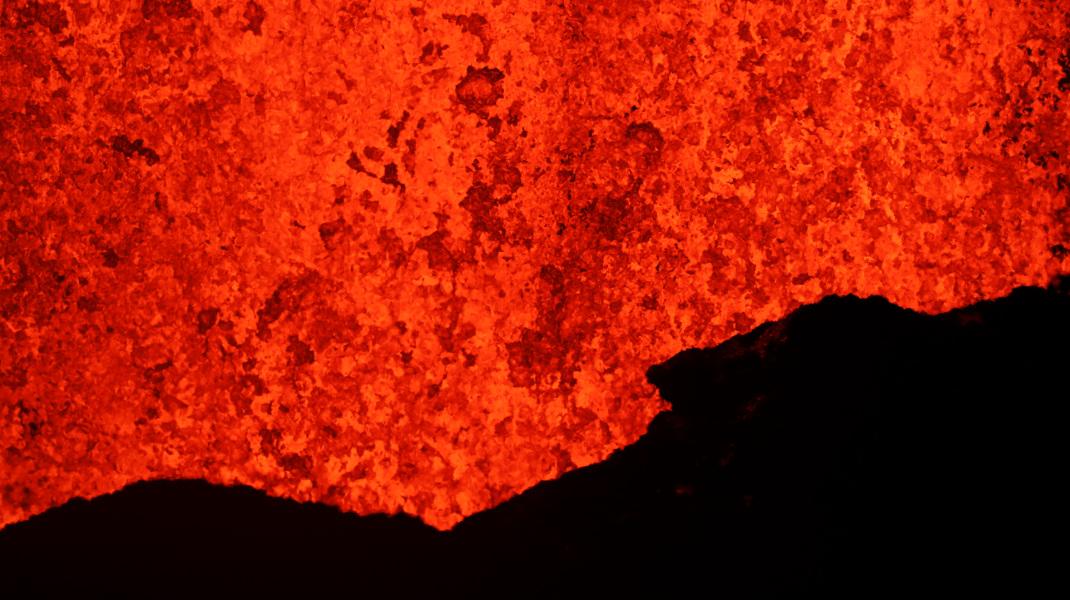 Η λάβα ξεχύνεται από το ηφαίστειο Κιλαουέα στη Χαβάη που εξερράγη -Φωτογραφία: AP Photo/Jae C. Hong