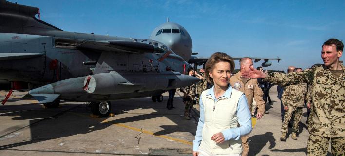 H υπουργός Άμυνας της Γερμανίας, Ούρσουλα φον ντερ Λάιεν σε πρόσφατη επίσκεψή της στην Ιορδανία (Φωτογραφία: ΑΡ)
