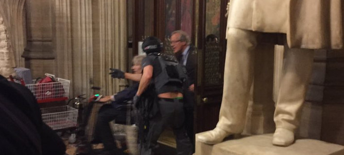 Σοκαρισμένοι Βρετανοί βουλευτές: Εγκλωβίστηκαν στο κοινοβούλιο -Βαριά οπλισμένοι αστυνομικοί μαζί τους [εικόνες]