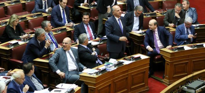 Το ένα μετά το άλλο τα κόμματα της αντιπολίτευσης αποχωρούν από την ψηφοφορία για την υπόθεση Novartis