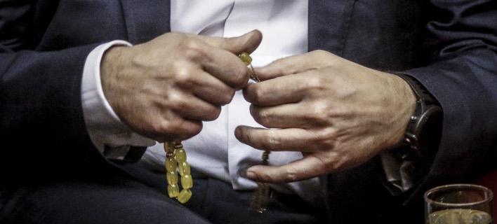 Ο κ. Τσίπρας με το κομπολόι του στη Βουλή (Φωτογραφία: EUROKINISSI/ΓΙΩΡΓΟΣ ΚΟΝΤΑΡΙΝΗΣ)
