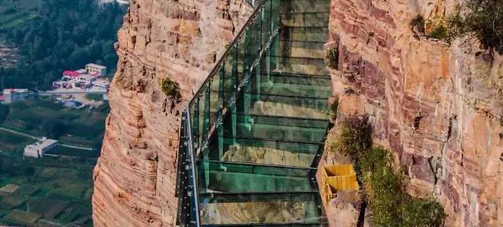 Του έκαναν πλάκα πως σπάει η γυάλινη γέφυρα σε ύψος 1.150 μ. και ο ξεναγός πήγε να πάθει καρδιακό [βίντεο]