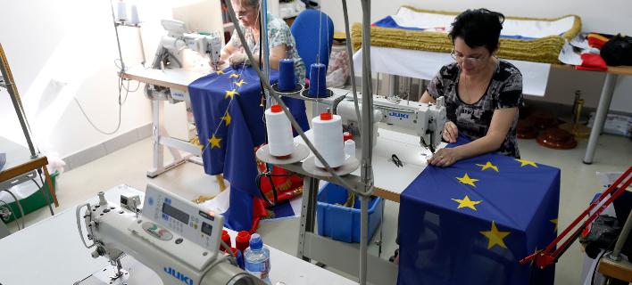 Bloomberg: Το πάθημα της Ελλάδας στην κόντρα με την ΕΕ είναι μάθημα για τη Μέι και το Brexit