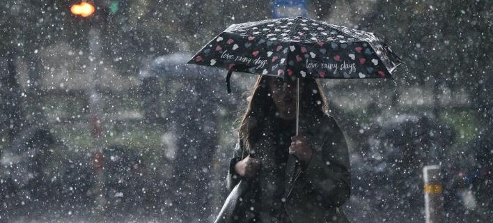 Κορίτσι με ομπρέλα/ Φωτογραφία: INTIME NEWS- ΧΑΛΚΙΟΠΟΥΛΟΣ ΝΙΚΟΣ