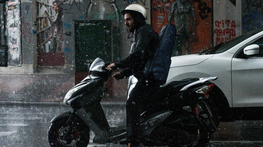 Χειμωνιάτικο σκηνικό στην Αθήνα, τουλάχιστον να μη βραχεί το όργανο! -Φωτογραφία: Intimenews/ΧΑΛΚΙΟΠΟΥΛΟΣ ΝΙΚΟΣ
