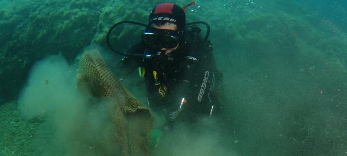 Εθελοντές βουτάνε στη θάλασσα και καθαρίζουν