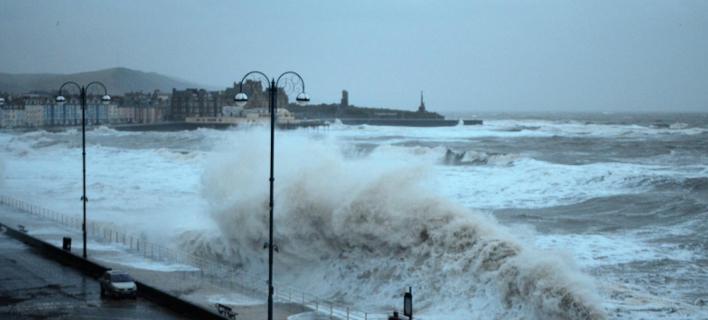 Πελώρια κύματα «μαστιγώνουν» την προκυμαία του Aberystwyth στη δυτική Ουαλία (Φωτογραφία: Twitter)