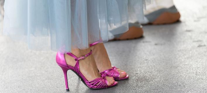 Γυναίκα ποζάρει στο φακό/Shutterstock