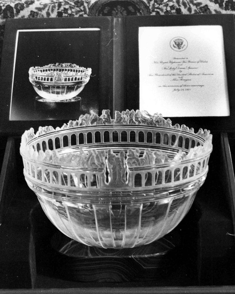 Ένα κρυστάλλινο μπολ ήταν το δώρο του τότε Αμερικανού προέδρου Ρίγκαν στο γάμο του πρίγκιπα Καρόλου και της Νταϊάνας. Φωτογραφία: AP