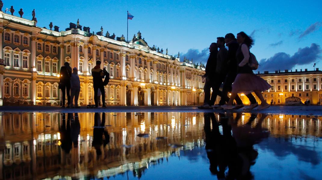 «Λευκές νύχτες» στην Αγία Πετρούπολη της Ρωσίας, εν μέσω Μουντιάλ -Φωτογραφία: AP Photo/Dmitri Lovetsky