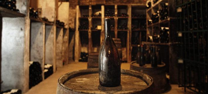 Το κρασί Vin Jaune που πουλήθηκε για 103.700 ευρώ. Φωτογραφία: AP