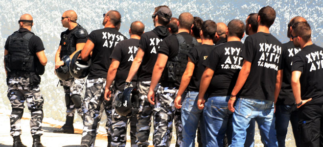 Guardian: «Ο ελληνικός λαός δείχνει στους πολιτικούς πώς να καταπολεμήσουν τη Χρυσή Αυγή»