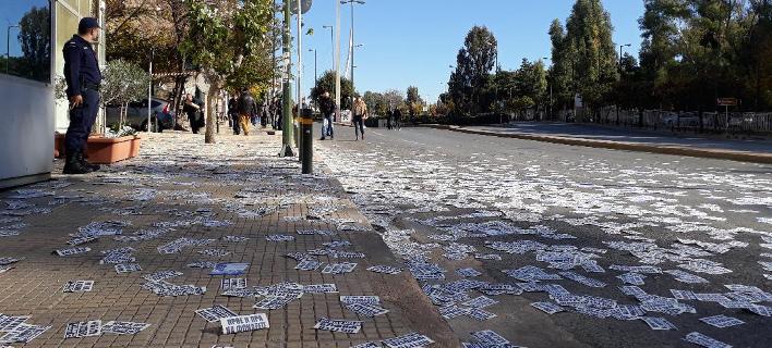 Χρυσαυγίτες πέταξαν εθνικιστικά φυλλάδια στη Μεσογείων, την στιγμή που περνούσε η πομπή με τον Ερντογάν [εικόνες]