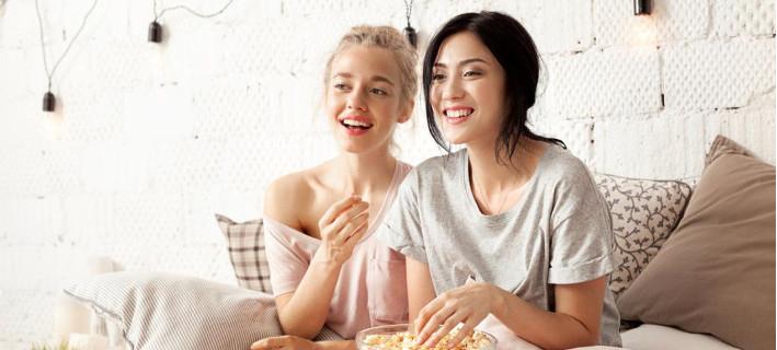 Γυναίκες ποζάρουν στο φακό/Φωτογραφία Shutterstock