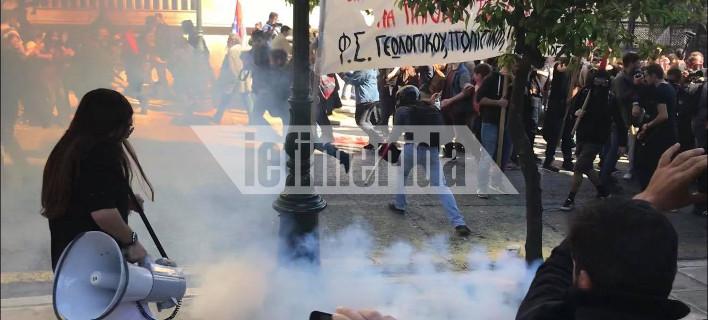 ΜΑΤ εναντίον διαδηλωτών -Ξύλο και χημικά έξω από το Μαξίμου στο πανεκπαιδευτικό συλλαλητήριο