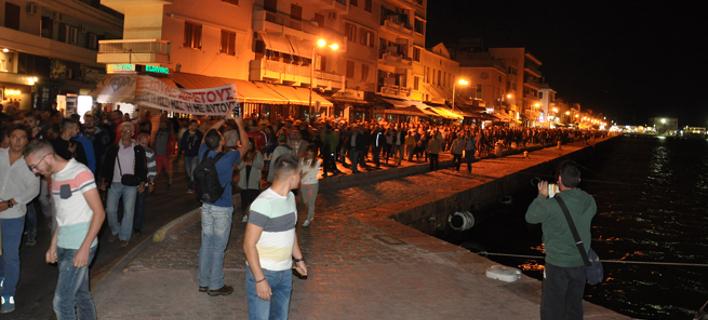 Εκατοντάδες Χιώτες στους δρόμους για το προσφυγικό: Κάνουν το νησί αποθήκη ψυχών [εικόνες]