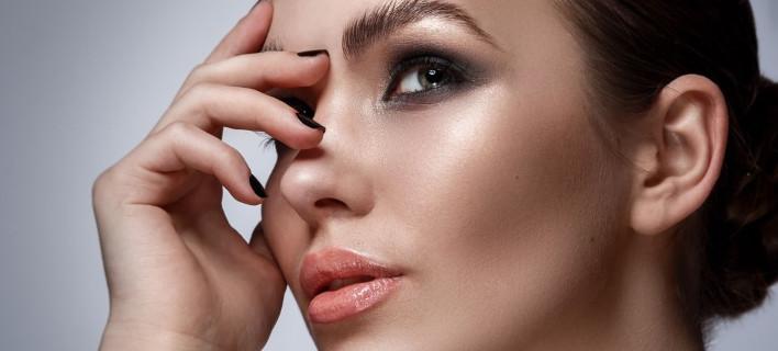 Μοντέλο ποζάρει στον φακό Shutterstock