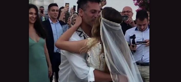 O γάμος του Γιώργου Χρανιώτη στην Τήνο -Με σανδάλια ο γαμπρός, ο Ντάνος έφερε τη νύφη [εικόνες]