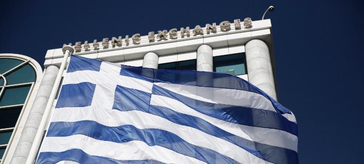 Η Ελληνική σημαία μπροστά από το Χρηματιστήριο Αθηνών/Φωτογραφία: SOOC