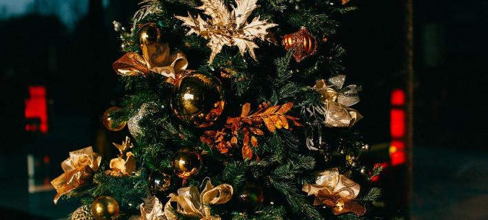8 τρόποι να κάνεις το (ψεύτικο) χριστουγεννιάτικο δέντρο σου να δείχνει πιο όμορφο