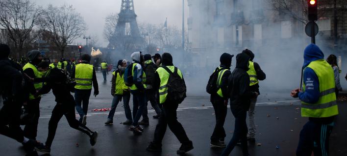 Στιγμιότυπο από τα επεισόδια του Σαββάτου στο Παρίσι (Φωτογραφία: AP Photo/Rafael Yaghobzadeh)