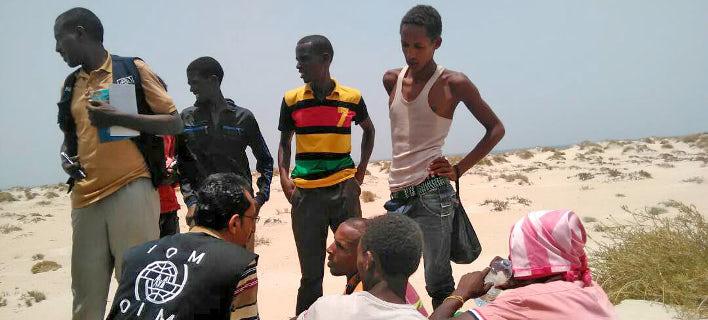 Mέλη του ΔΟΜ παρέχουν πρώτες βοήθειες σε επιζώντες, που τους πέταξε από τη βάρκα δουλέμπορος ανοικτά των ακτών της Υεμένης (Φωτογραφία: ΔΟΜ)