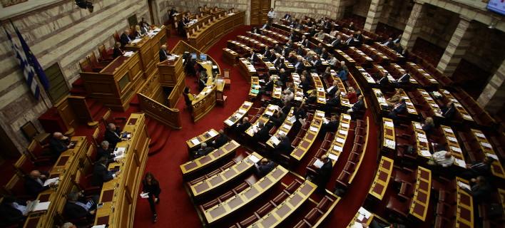 Δέκα βουλευτές του ΣΥΡΙΖΑ διαφωνούν με την αναδοχή παιδιών από ομόφυλα ζευγάρια
