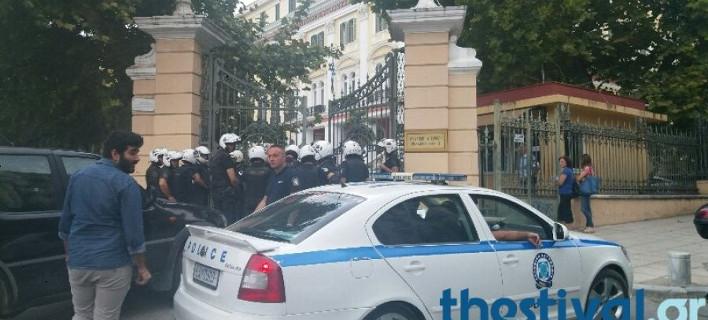 Εισβολή του Ρουβίκωνα στο υπουργείο Μακεδονίας- Θράκης [βίντεο]