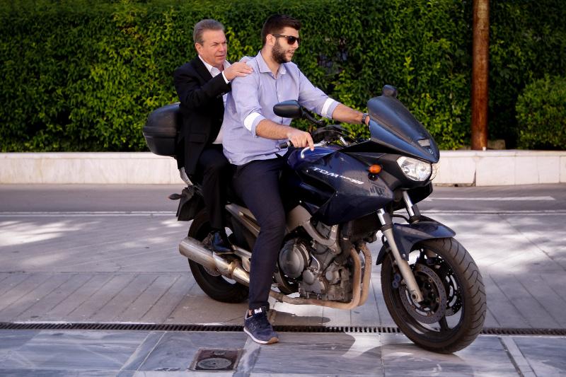 Με μοτοσυκλέτα έφθασε στο Υπουργικό και ο υφυπουργός Εργασίας Αν.Πετρόπουλος- φωτογραφία eurokinissi