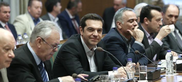 Ο Τσίπρας απολογήθηκε για την πετρελαιοκηλίδα -Εκνευρισμένος από την εμφάνιση Μητσοτάκη στη ΔΕΘ