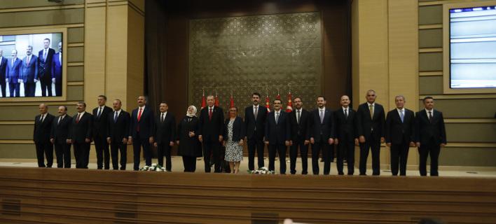 Ο Ταγίπ Ερντογάν με τους νέους υπουργούς του (Φωτογραφία: AP/ Burhan Ozbilici)