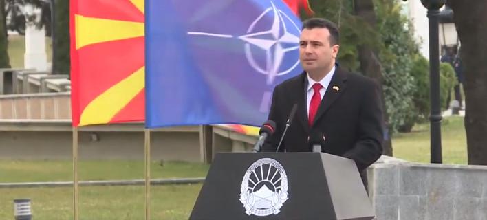 Ο Ζάεφ δίπλα στη νατοϊκή σημαία