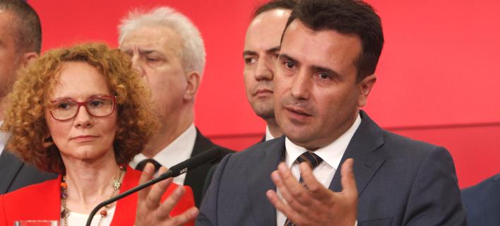 O πρωθυπουργός της ΠΓΔΜ Ζόραν Ζάεφ περιστοιχισμένος από μέλη της κυβέρνησής του (Φωτογραφία: ΑΡ)