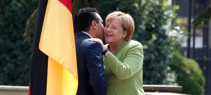 O Σκοπιανός πρωθυπουργός επεφύλαξε θερμή υποδοχή στη Γερμανίδα καγκελάριο (Φωτογραφία: ΑΡ)