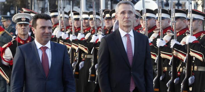 Ο Ζόραν Ζάεφ με τον Γενς Στόλτενμπεργκ (Φωτογραφία: AP/ Boris Grdanoski)