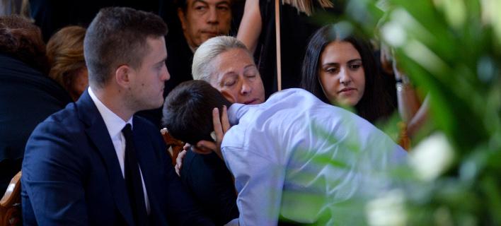 Ράγισαν καρδιές στο τελευταίο αντίο στον Μιχάλη Ζαφειρόπουλο / Φωτογραφία: Intime News
